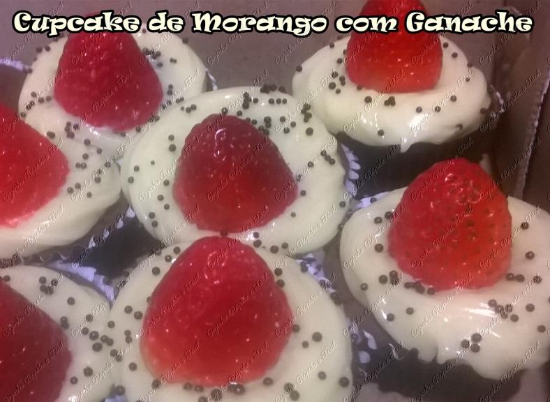 cupcake de chocomenta com ganache e morango